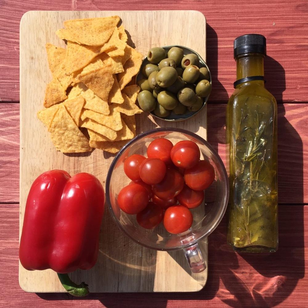 Ингредиенты для салата с чипсами и оливками