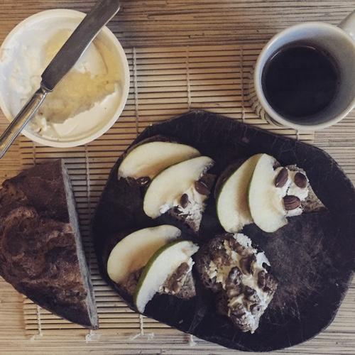Бутерброды без масла: хлеб, рикотта, груша