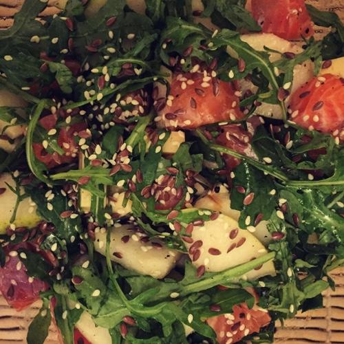 Салат из форели, груши и рукколы